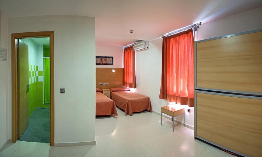 Etagenbett Jugendherberge : Person im etagenbett in einem hostel schlafsaal byron bay nsw