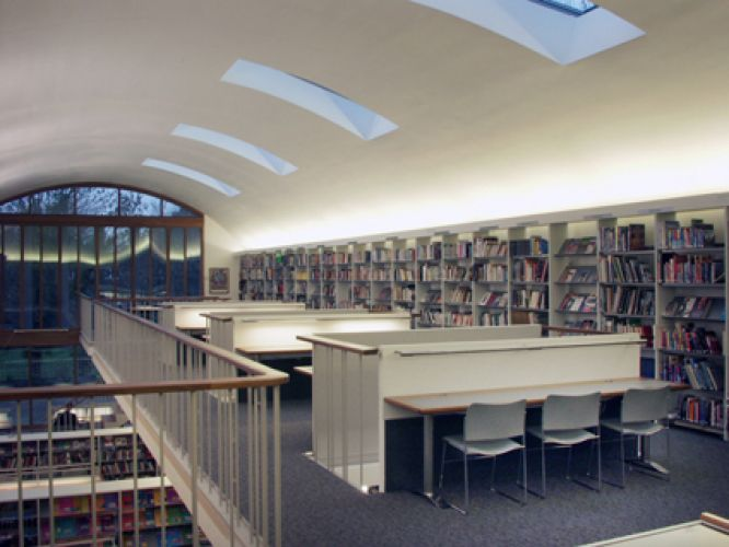 Bedford School (UK). JAKIN shelving and table system.