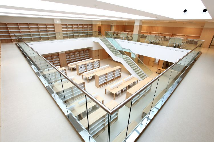 Library at LA FE Hospital, Valence (Spain). JAKIN Shelving system...