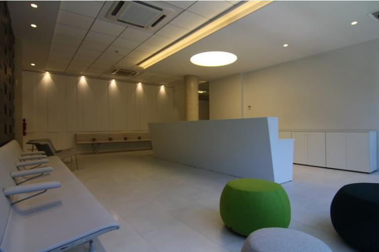 Osteopathy Clinic, Pamplona(Spain). JAKIN reception desk, BACK lounge chair and AERO Bench.