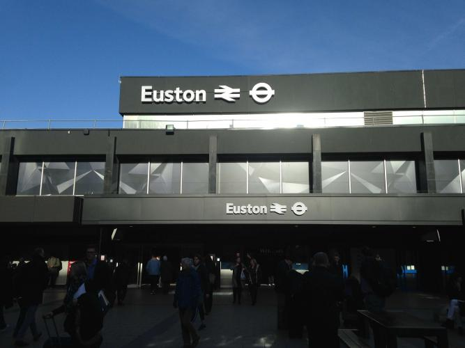 Euston Station, Londres (Royaume Uni). Banc AERO aluminium