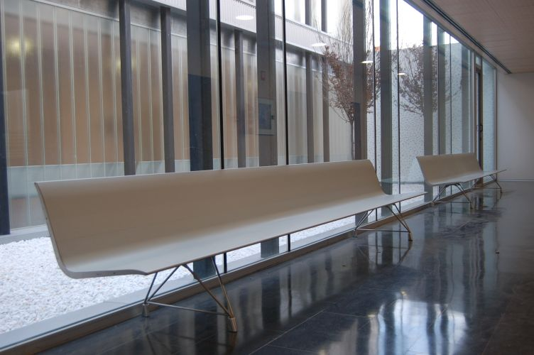 La Victoria Healthcare Centre, Valladolid(Spain). AERO aluminium Bench