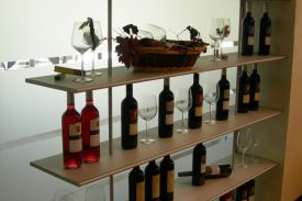 Shop at ESTANCIA PIEDRA Winery in Zamora (Spain). ZUMM shelving-unit.