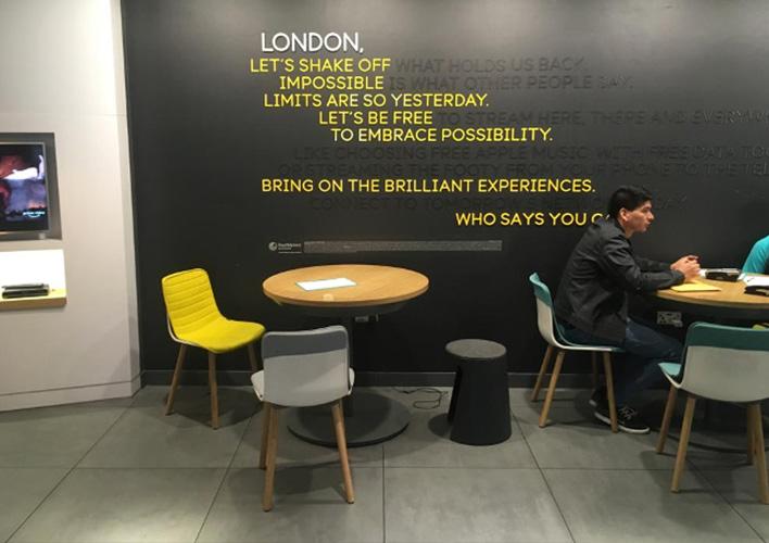 Nuevas tiendas EE (British Telecom), taburete HANDY.