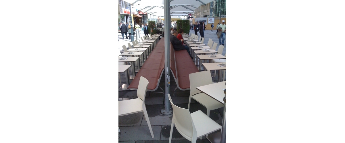 Gerstner Coffee Shop. Vienne. AERO aluminium bench and PLANC table.