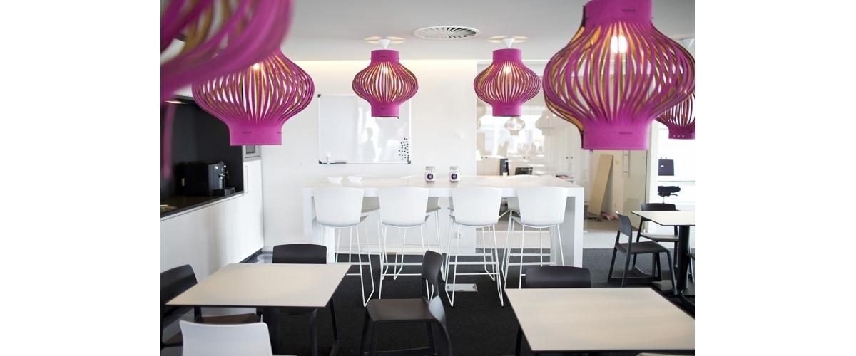 Bureaux de Flexpoint (Belgique) avec chaises hautes SLAM